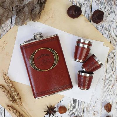 Подарочный набор с мясными деликатесами, конфетами и блюдом