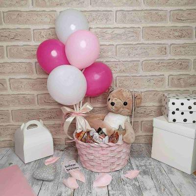 Подарочный набор в корзине со сладостями и мягкой игрушкой