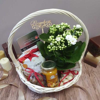 Подарочный набор с цветами в корзине